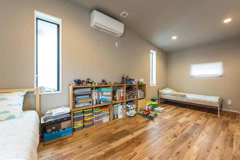 子ども部屋は、約9畳大の広々と一体感のある大空間に。窓から自然光がたっぷりと差し込み、明るく居心地のいい空間をデザインしています。