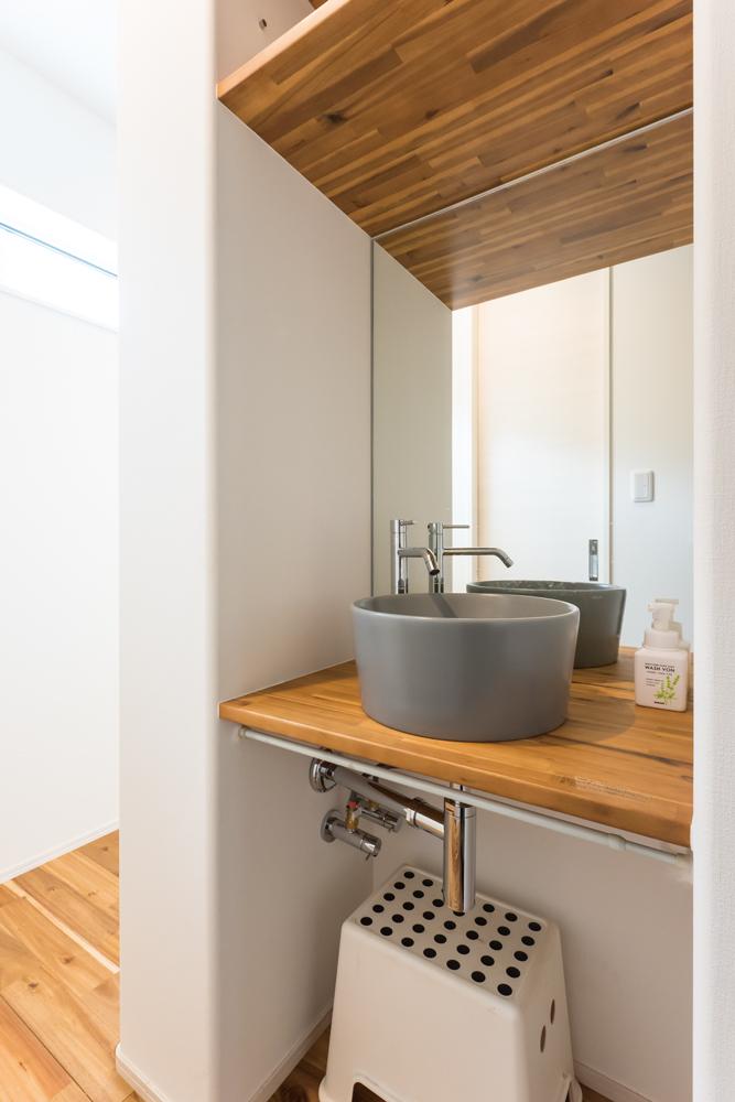 無骨なインダストリアルデザインにナチュラルテイストを取り入れた、シンプルモダンな洗面台。高窓から爽やかな光が届き、すっきりと洗練された空間に仕上げられています。