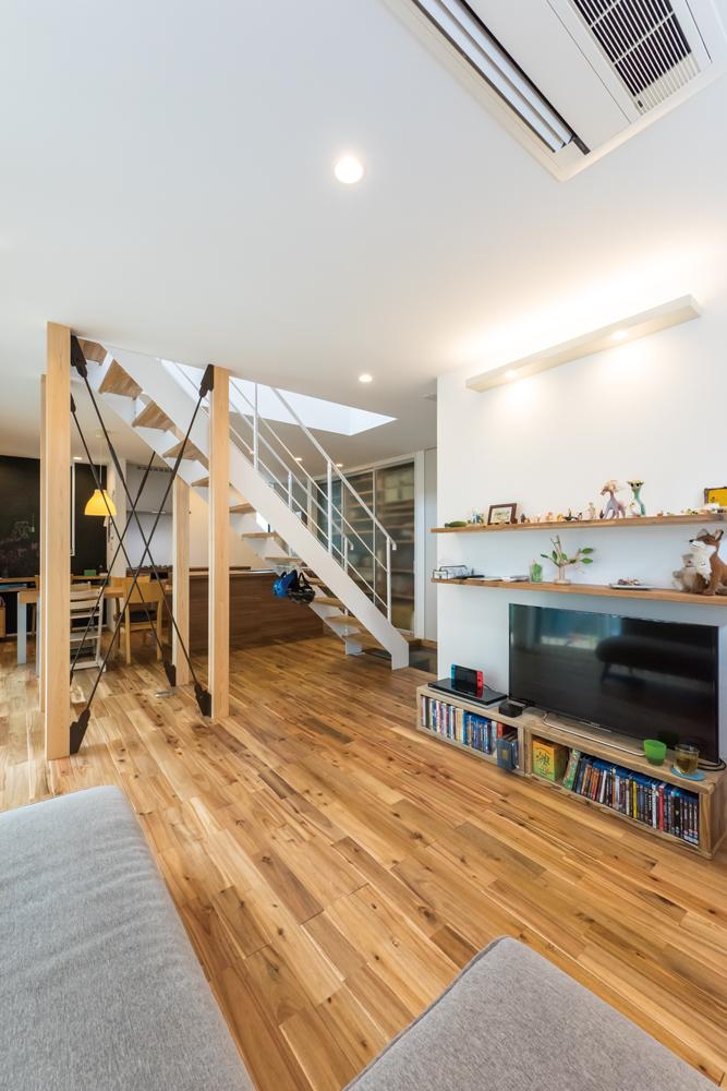 フロアの中心に配置したセンター階段は、ダイニングとリビングをゆるやかにゾーニングしながらも、視線が抜けるため圧迫感を感じません。柱にはヒノキを採用して、爽やかな香りがリラックス効果を高めます。