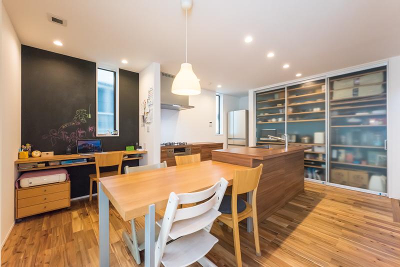 キッチンはセパレート型のアイランドキッチンを採用しました。休日には一緒にキッチンに立つこともあるというNさまご夫妻。二人並んでもストレスなく料理ができるように、セパレートのワークトップは距離をとって設計されています。ダイニングテーブルを隣に配置して、配膳もスムーズです。