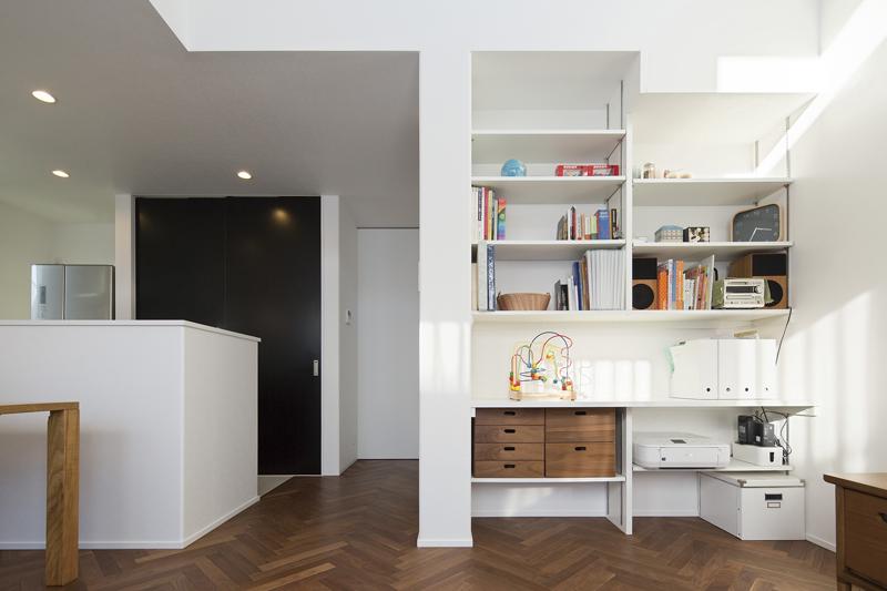 「壁付けの本棚が欲しい」というAさまご夫妻の希望に応える形で、LDKの一角にワークスペースをデザインしました。PCスペースや子どもの勉強スペースとして大活躍のマルチスペースです。