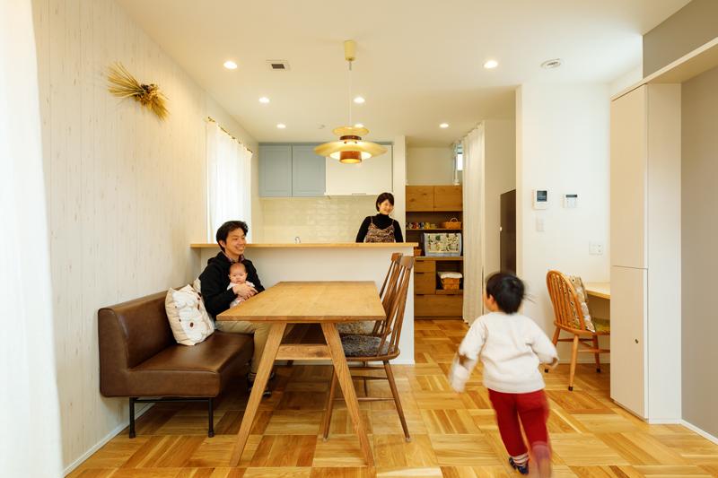 ワンフロアのLDKは、家族がお互いの顔や声を身近に感じられ、安心して過ごすことができます。見通しがよく開放的で、シャビーなデザインのアクセントクロスがよく馴染む、心地よさに満たされる空間をデザインしました。