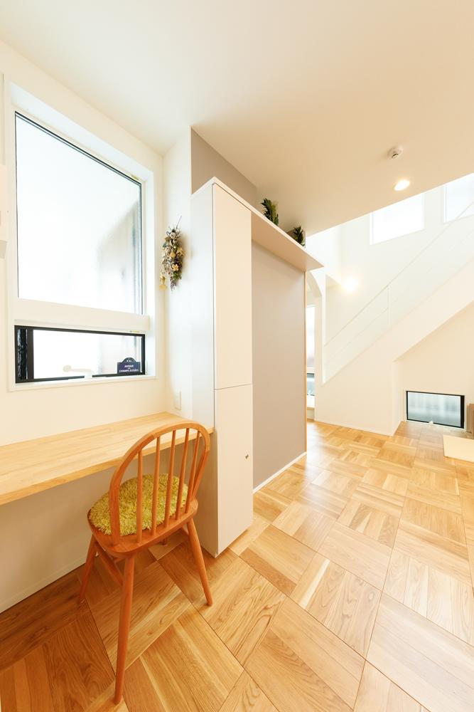キッチン横は、家事の合間にドライフラワーを楽しんだりできる、奥さまのアトリエスペースです。リビング階段に向かって天井が高くなることで視界が広がり、より開放感が増す空間設計です。
