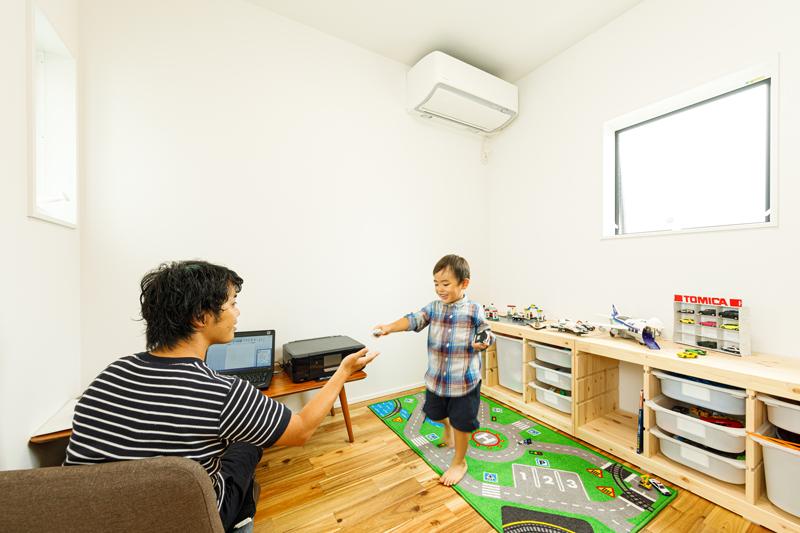 パパの書斎と子どものおもちゃ箱を一つの部屋に!それぞれ別のことに熱中していても、一緒に時間を過ごしながらコミュニケーションを育む親子で共有する空間です。