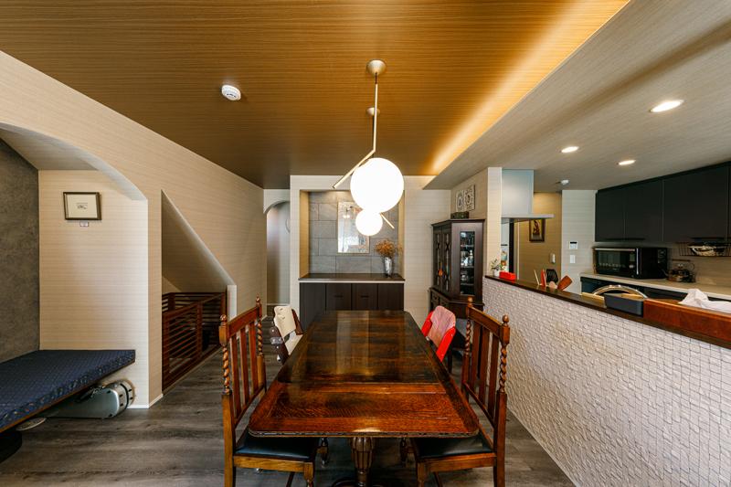 ダイニングスペースは天井を折り上げ、キッチン側から見たとき、視覚的に広がりが感じられる空間構成になっています。「天井のクロスを木に変えたり、これからも続く家づくりがますます楽しみです」とAさん。
