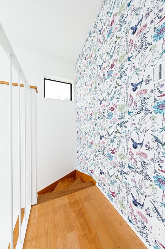 色鮮やかな2階の壁クロス。大窓から入る光に照らされた白壁とのコントラストが映えて、空間そのものを清々しい印象に引き立てています。空間ごとにこだわってクロスを選んだりできるのも、注文住宅ならではの楽しみですね。