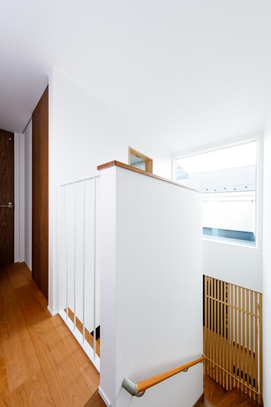 玄関の真上にはベランダに向かって大きく開いたFix窓。腰壁をスケルトンにしたり、小窓を開けたりして、窓からの明かりが家じゅうに届くように設計されています。