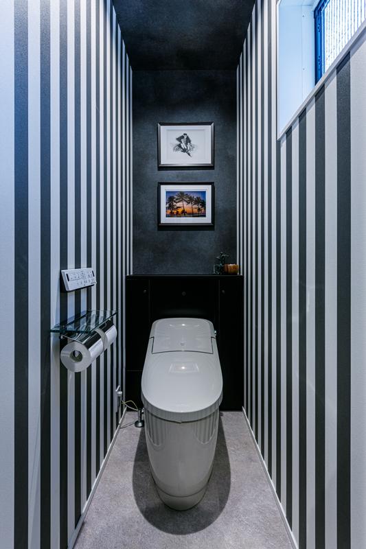 ホテルやレストランにあるような、ポストモダンなデザインが施されたウォータークローゼット。絵の飾り方ひとつにもAさん夫妻のこだわりが感じられます。