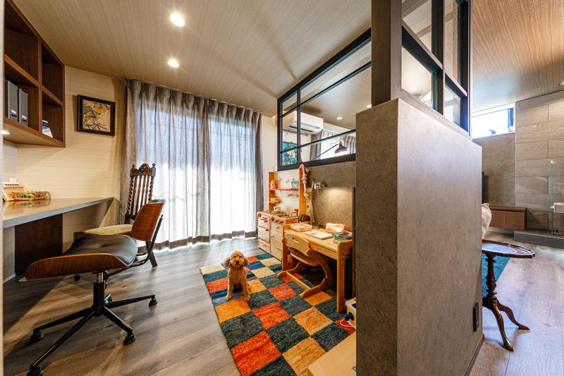 リビングとキッチンに囲まれるように配置された書斎スペース。リビング側からは隠れるようになっていますが、ガラスで仕切ることでたっぷりと光が通り、左右に動線が設計されているので声や気配がリビングでくつろぐ家族に伝わります。