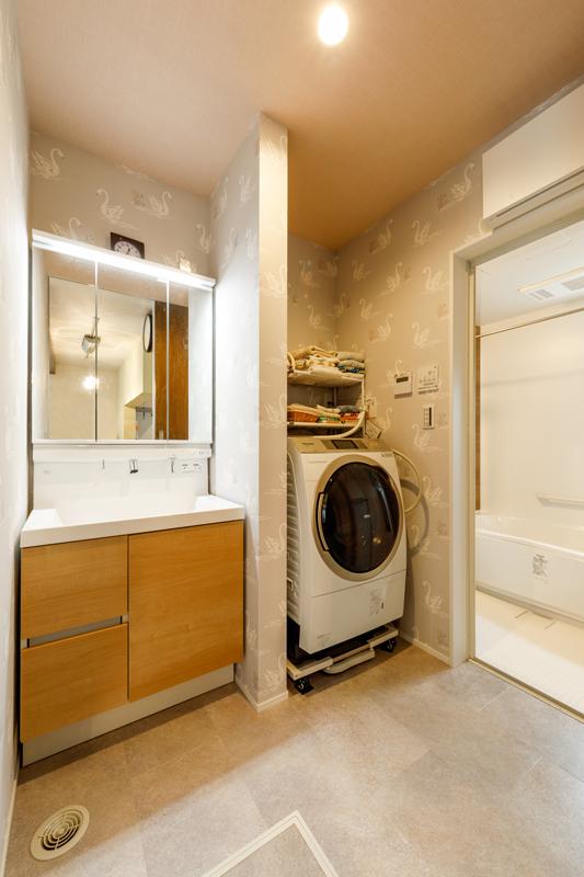 洗面・浴室にはスワンのクロス。空間それぞれにちょっとした個性を与えることで、そこで過ごす時間にワクワクをプラス。お風呂や歯磨きの時間が楽しくなる工夫です。
