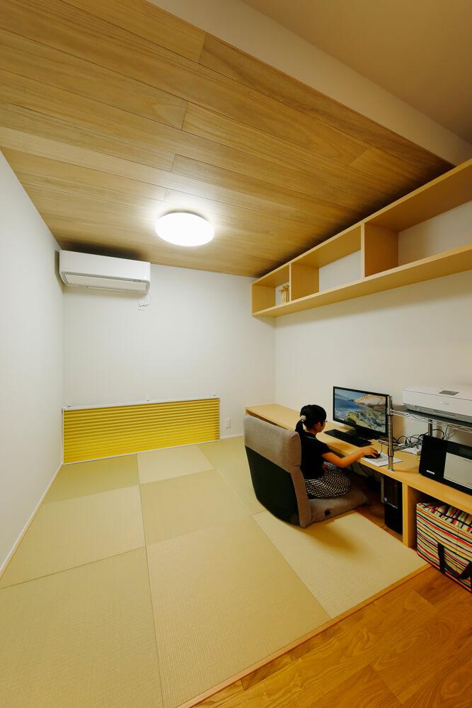リビングの脇には書斎を兼ねた畳スペース。リビングのTVボードを兼ねたカウンターや戸棚を造り付け、置き家具を入れずに空間をすっきりと広々使えるようにしています。