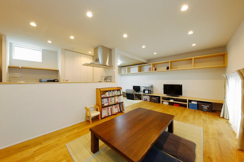 キッチンはカウンターを高く立ち上げて、手元を隠してすっきりと見せています。奥の和室は天井を下げて、ひとつながりのワンフロア設計の中にも、こもり感のある空間に仕上げました。