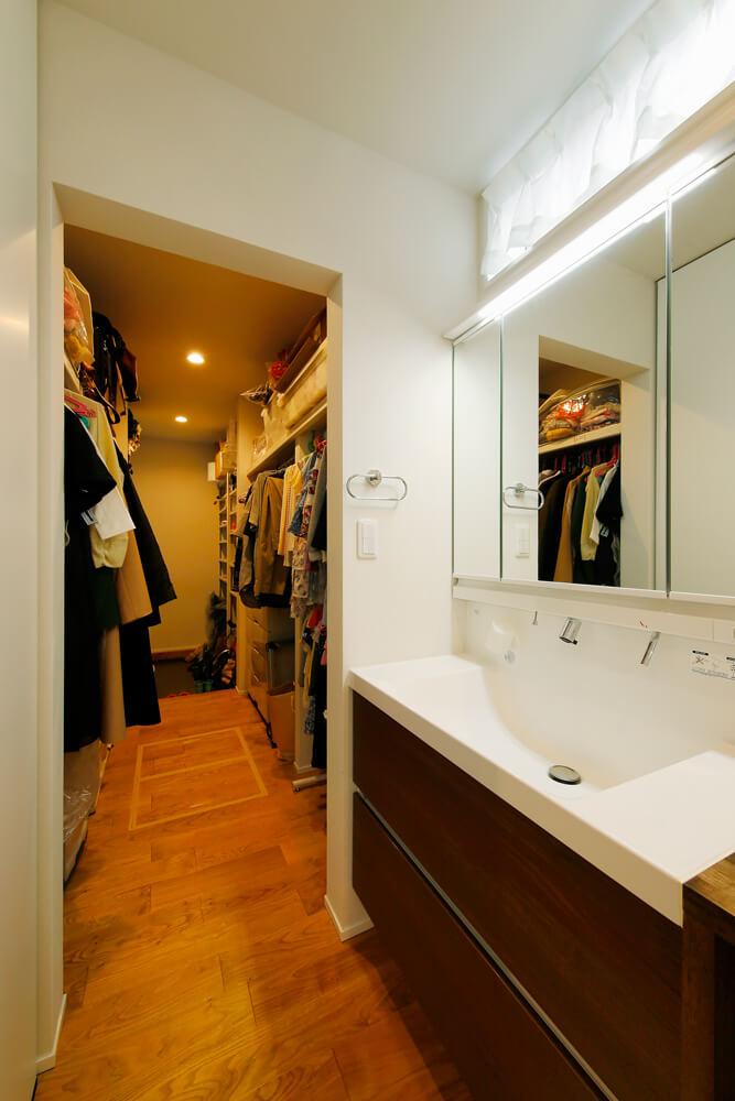 シューズクローゼットと大容量のウォークスルークローゼットを組み合わせた家族のお出かけ動線。玄関からくるりと回り込んで、洗面・浴室からLDKへつながる回遊動線になっています。