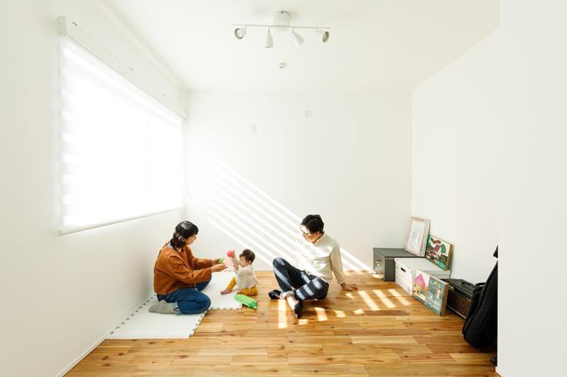 2階のオープンスペースは、ライフスタイルに応じて居室にすることもできます。「陽だまりが心地よくて、仕切らずにオープンなままセカンドリビングのような使い方でもいいねと話しています」とSさん。