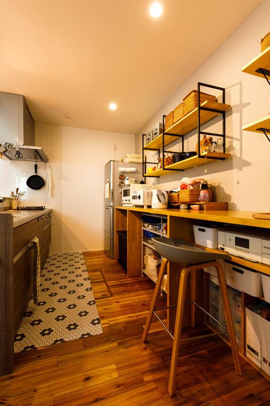 キッチンと洗面・脱衣所を一直線につないで、動線をシンプルに使いやすく。「甘くなりすぎないナチュラルテイスト」をキーワードにまとめたキッチンは、まちかどカフェのようなおしゃれな佇まいです。