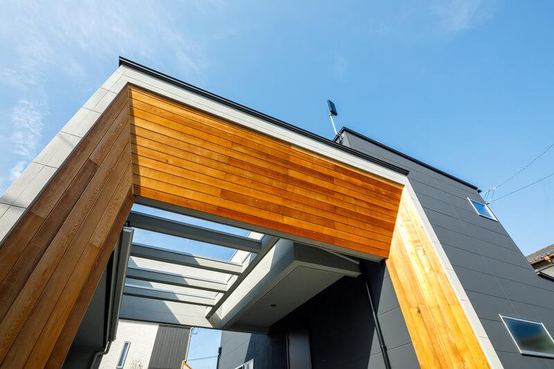 住まいのテーマでもある堂々としたゲート(=門)。シンボリックなゲートが境界となり、壁や扉で隔てることなく敷地の内と外を隔て、住まいの開放性とプライバシーを両立させています。