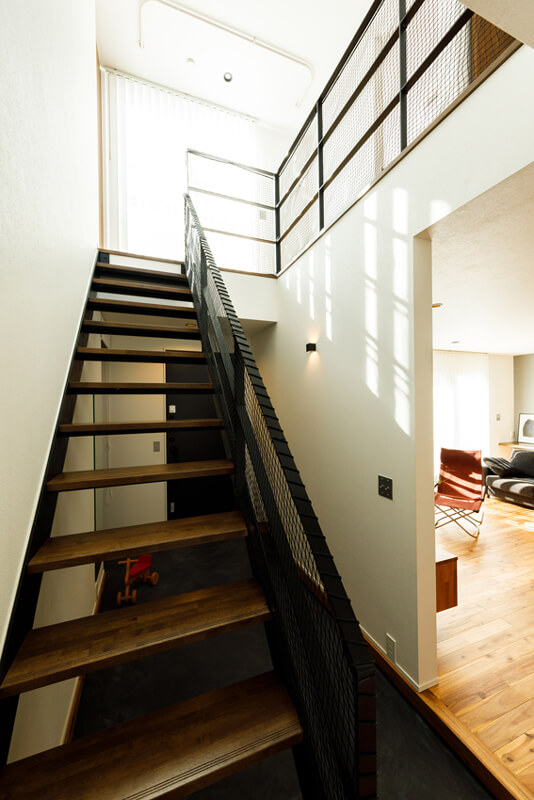 吹き抜けの階段を上がると、バルコニーへと続く大開口から眩しいほどに光がさし込んできます。2階の階段ホールはサンルームになっていて、季節や天気を問わずに洗濯ができます。
