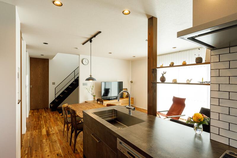 開放的なリビングダイニングとオープンキッチンの組み合わせは、機能性にとらわれることのない一体設計。どこで過ごしていても家族が互いに気配りすることができ、つながりながら自由に過ごすことができます。