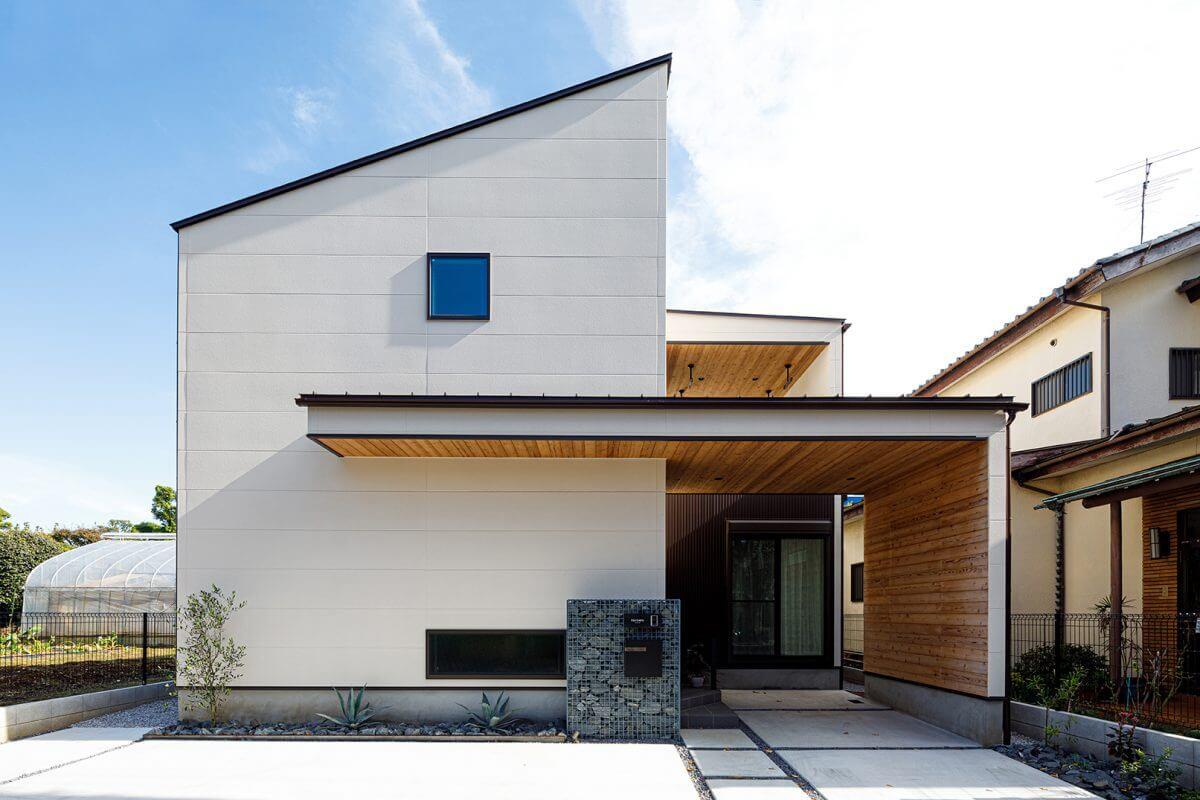 片流れ屋根と水平な庇のラインを組み合わせたモダンデザインの外観。日光に映える白の外壁に、木の質感が爽やかなコントラストを生んでいます。また要素をシンプルにしていることで、造形の美しさを際立たせています。