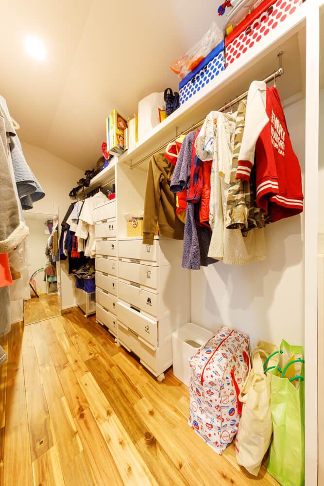 2階には大容量のファミリークローゼット。機能を集中させることで、生活スペースを広く取ることができます。水回りやバルコニーのそばに配置することで、起きる → 着替える、干す → しまうといった生活の動線をシンプルに。ハンガーに干した衣類も取り込んだらそのまま掛けるだけですみ、家事の負担を減らしています。