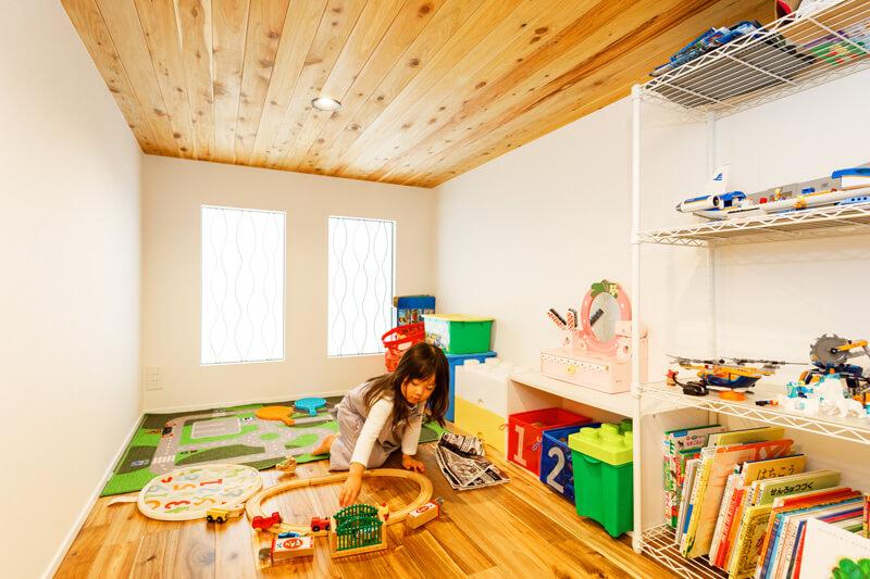2階のロフトは子どもたちのおもちゃ部屋です。「住まいの中に自分たちだけの秘密基地のような空間があれば、子どもたちが喜ぶだろうと思いました」と奥様。子どもたちが大きくなったら、普段は使わないモノをしまっておく大収納として活用できます。天井にも木材をあしらうなど仕上がりにもこだわっています。