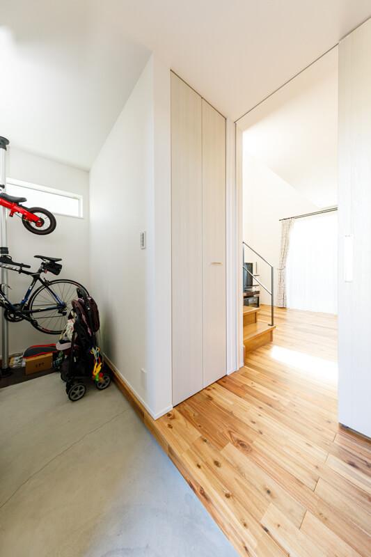 玄関脇には使い勝手のよい大容量の土間収納を設けました。家族みんなの靴はもちろん、自転車やベビーカー、お出かけグッズや日用品までストックしておくことができます。
