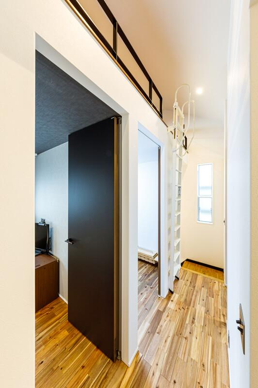 天井が高く、光が広がる2階はご家族のプライベートルーム。寝室やウォークインクローゼット、ロフトなど居住スペースと収納をコンパクトかつ機能的にまとめています。