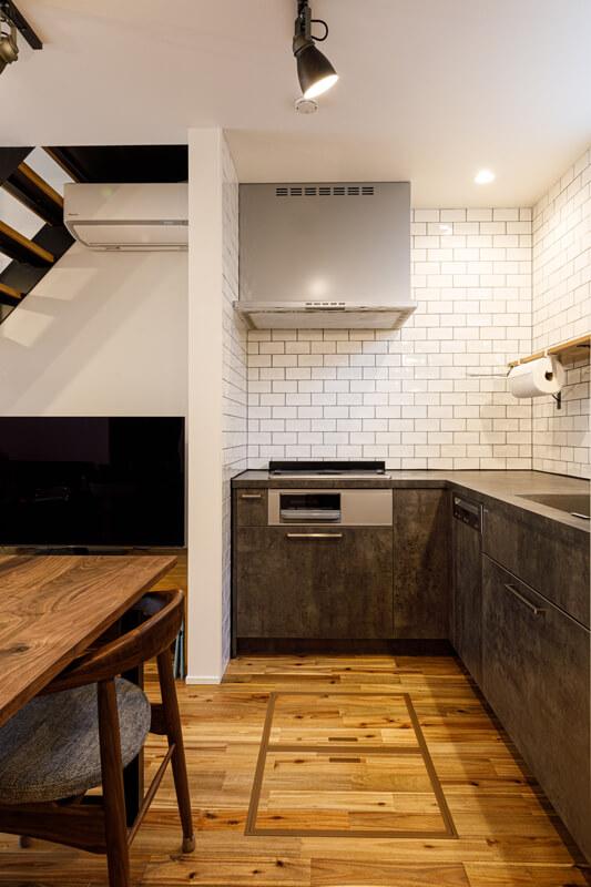 スタイリッシュなグラフテクトのシステムキッチンを採用、ミーレ社の食洗機を組み合わせました。壁にはサブウェイタイルをあしらって、インダストリアルなNewYorkスタイルの世界観に仕上げました。