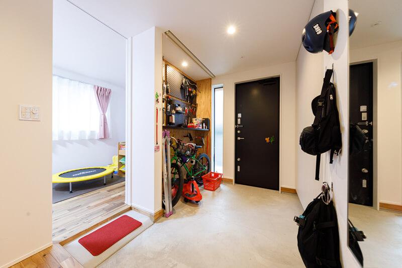 明るく広々とした玄関ホールと手前の部屋は、緩やかなスロープでつないで段差を低くしました。子ども部屋にしたり、趣味の部屋として使ったり、暮らし方に合わせて使えるマルチスペースです。