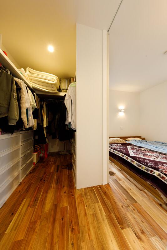 寝室脇にはウォークスルーで使える大容量のクローゼット。家族それぞれの生活スタイルから使いやすい動線を導き出し、心地よく過ごせる空間を設計。ご夫妻の要望をすっきりと叶えています。