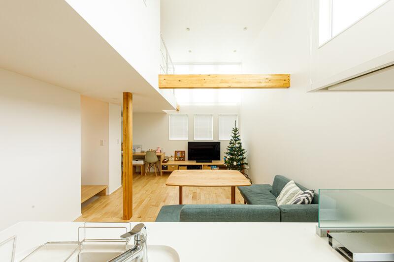 オープンスタイルのキッチンに立つと、リビングや奥のワークスペースだけでなく、吹き抜けの向こうのロフトまで見通すことができます。整然と並んだ窓から清々しい光がフロアいっぱいに広がり、明るく温もりに満ちた時間が生まれます。