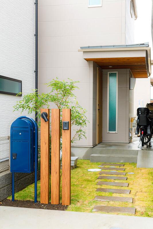 モダンデザインの外観に、緑のアプローチを組み合わせて、帰宅した時に安らぎを感じられる穏やかな世界観に仕上げています。玄関に向かって踏み石がリズミカルに並び、住まいへと招き入れてくれるようです。