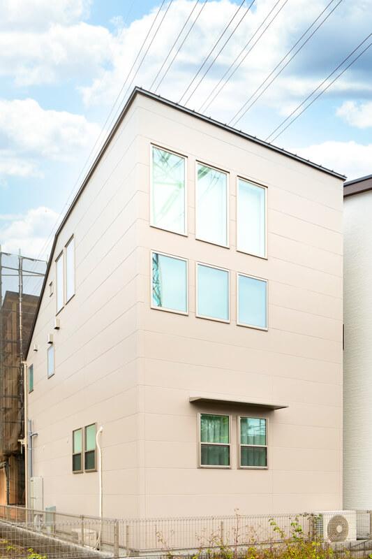 敷地の形状や北側斜線に対応しながら、外から見ても吹き抜けの伸び伸びとした開放感が伝わる外観フォルム。規則的に窓が並び、すっきりとして飽きのこないシンプルモダンなデザイン。