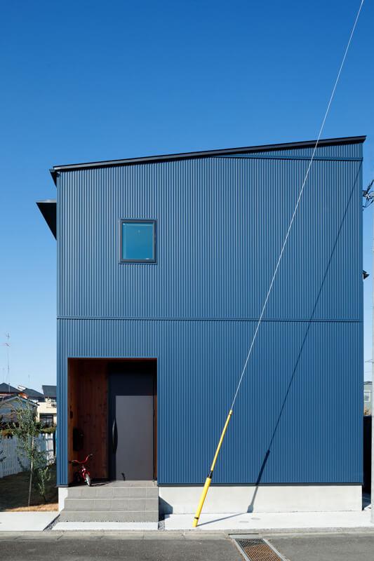 目の細かいガルバリウムをあしらったモダンインダストリアルな外観。内庭側は白壁を組み合わせたツートーンの仕上がりになっています。「建築家の先生の提案です。外観デザインのアクセントになっているだけでなく、コストも圧縮できました」とMさんも納得の仕上がりです。