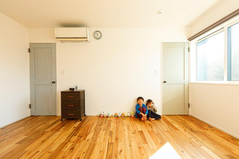 2階のフリールームは、子どもの成長に応じて間仕切りを入れて2部屋に分けたり、寝室や趣味の部屋としてライフスタイルに応じて使える、陽だまりが心地いいマルチスペースです。