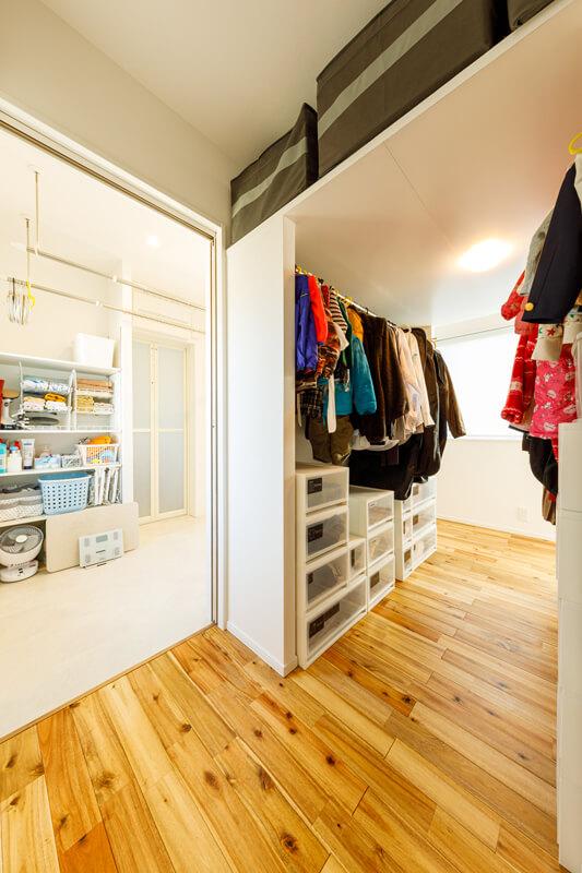 ウォークスルーのファミリークローゼットは収納量も十分で、回遊動線で使いやすいレイアウトになっています。頭上を天袋状にしているのもポイントです。水回りのそばにあることで、「洗う → 干す → しまう」までの洗濯動線が短く・シンプルで、家事の負担を減らしてくれます。