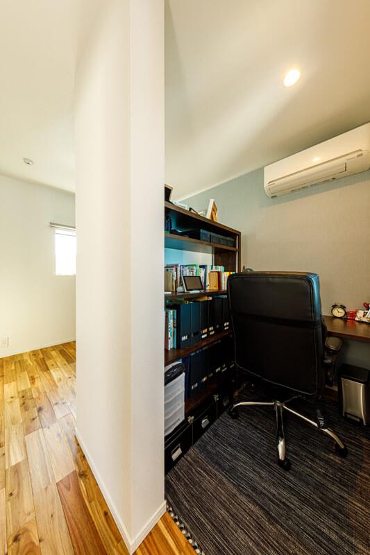 2階の書斎スペースは、あえて仕切りのないオープンな造りにしました。ほどよく家族の声や気配を感じながらも、デスクワークやPC作業に集中できます。コンパクトながら機能性にすぐれた空間設計です。