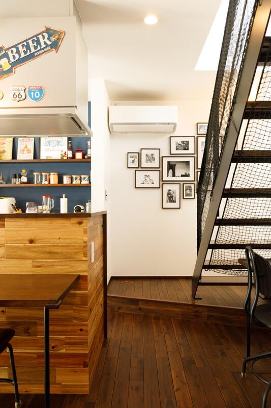 スチールのリビング階段、ステップのあるフロアなど、街角のスタンドのようなNewYorkスタイルのたたずまいを感じさせます。階段の下にもカウンターを造作して、子どもたちのスタディスペース兼ご夫妻のワークスペースにしました。