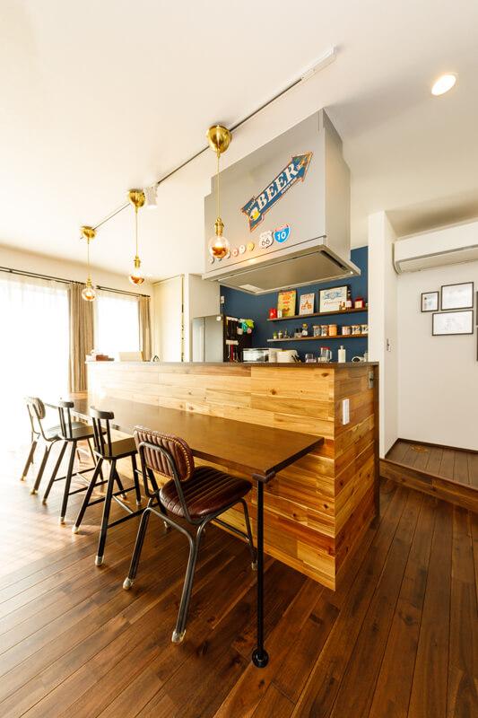 ダイニングテーブルを置かずに、キッチンにBarスタイルのカウンターを造り付けて、家族や友人が並んで食事やティータイムを楽しむ空間に仕上げました。世界観にこだわって住まいをアレンジして、暮らしを演出しています。