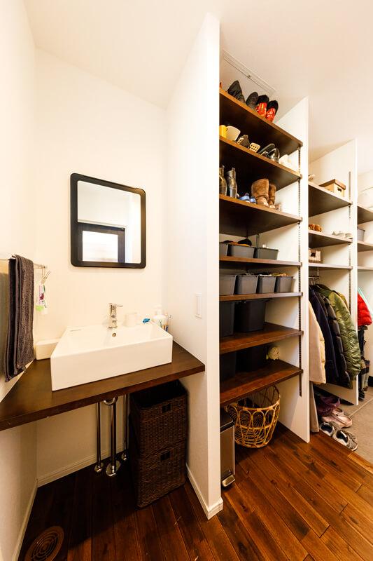 土間玄関は来客用と家族用の2WAYになっていて、家族用の動線はシューズクロークを備えた設計。上着やカバンなど、おでかけグッズやアウトドア用品をリビングに持ち込まずに置いておけます。洗面台もあるので、うがいや手洗いが自然に身につきます。