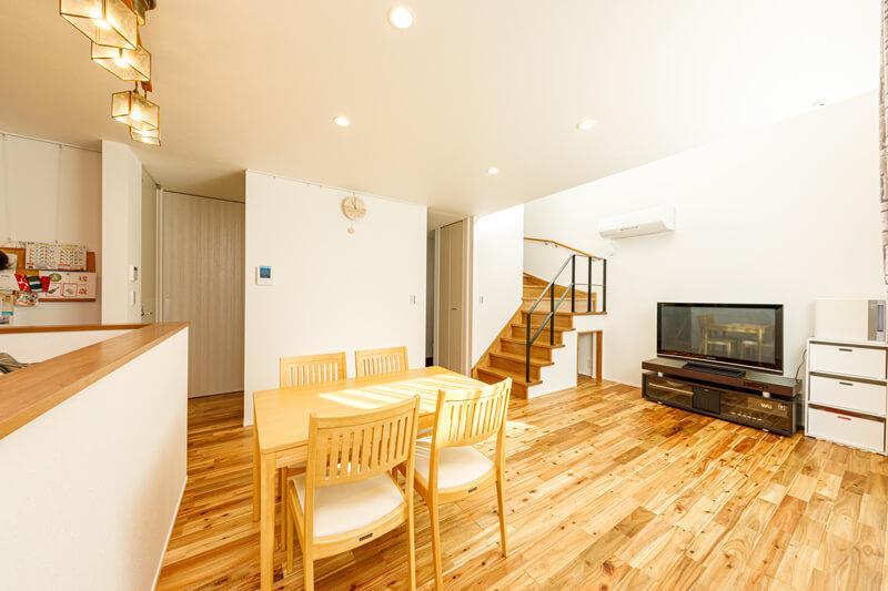 ワンフロアのオープンキッチンのLDKが家族の暮らしの中心です。リビング階段の吹き抜けから、家じゅうに光が広がっていきます。