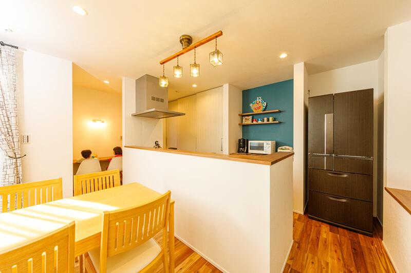 アイランドタイプのオープンキッチンは、カウンターを高く立ち上げて手元を隠しています。「食事の準備をしていても、リビングを駆け回る子どもたちの様子にも目が届きます」と奥さま。キッチン脇に家族のスタディカウンターを設けました。