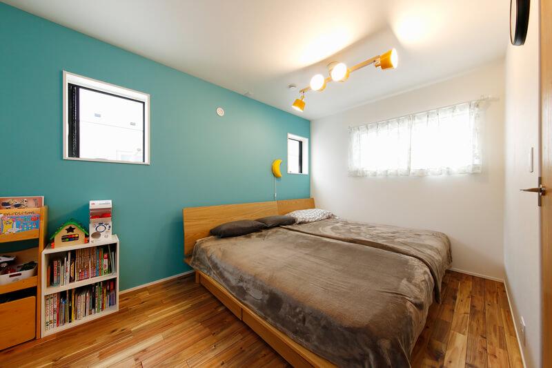 爽やかなターコイズブルーのアクセントクロスを一面にあしらった居室は、安らぎに満ちた家族だけのプライベート空間です。窓の位置を高くしてプライバシーに配慮するとともに、たっぷりと爽やかな朝の光を取り込みます。