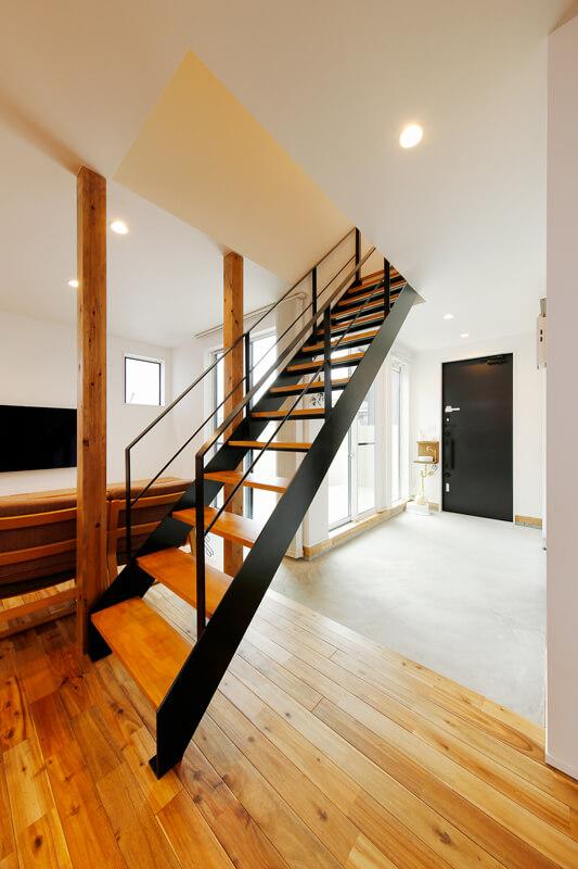住まいの中心には、空間に馴染むスチール製のリビング階段。ヨーロピアンテイストのライトコートを囲むようにL字に土間フロアを配置した和モダンな設計デザインを施しています。玄関扉脇には小ぶりな手洗いボウルを造り付けました。