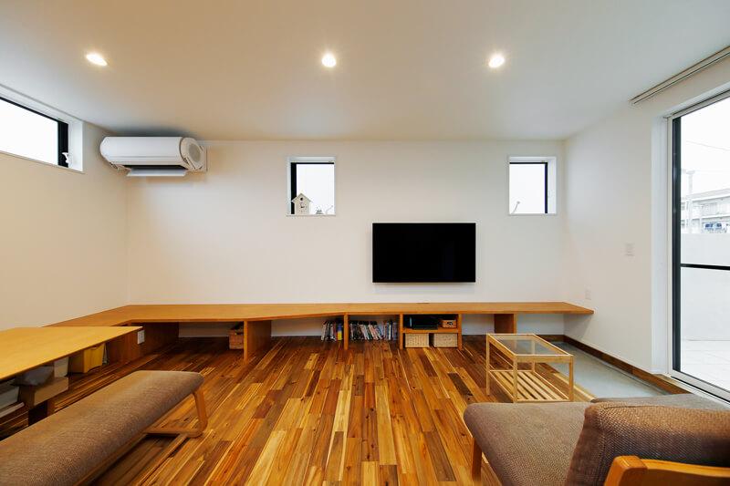 リビングダイニングは、自由な使い方ができるワンフロアの大空間設計にしました。壁に沿って造り付けたリビングカウンターは、ベンチとして腰掛けたり、膝下収納としての機能性も備えています。ぜひ取り入れてみたい空間デザインの一つです。