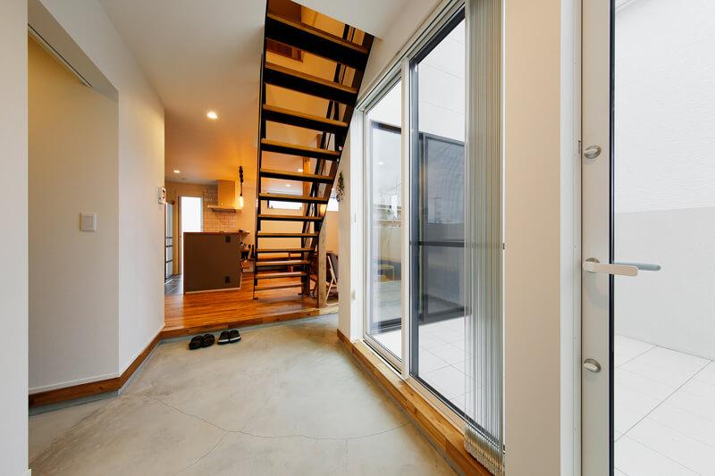 ライトコートを取り囲むように奥のリビングまで続く広々とした土間フロアの玄関は、大人数でも雨の日でも衣服や荷物の濡れを気にすることなく、玄関奥まで入れるゆとりの大空間です。リビング階段はスケルトン構造にして、光と視線が抜けるように設計されています。