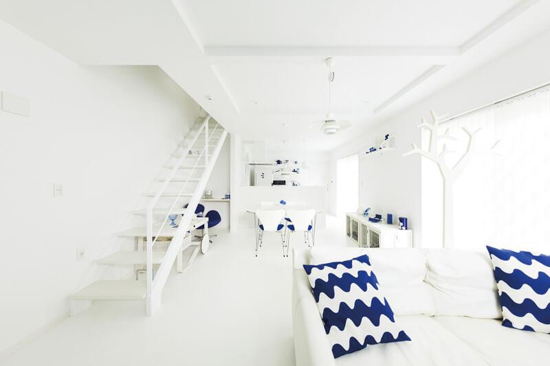 スケルトン階段、真っ白な床など、Mさま夫妻の希望がたくさん詰まったLDK。家具や照明などのインテリアまで統一感を持たせることで、イメージしていた通りの北欧フィンランドを思わせるノルディックな空間に仕上げました。