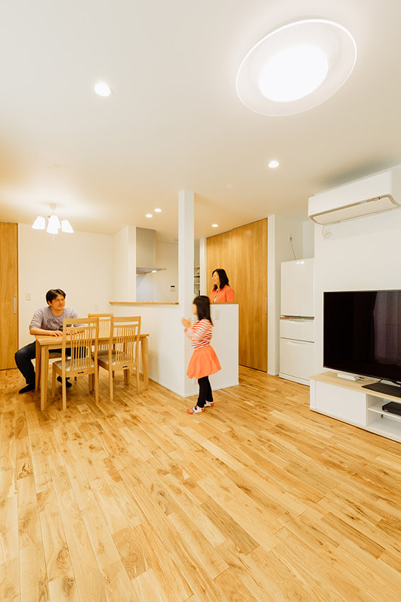 キッチン背面には、キッチン家電も収まる収納力抜群のパントリーを設置しました。キッチンまわりがスッキリ片付きます。オープンスタイルのキッチンで、家族のコミュニケーションも活発に。
