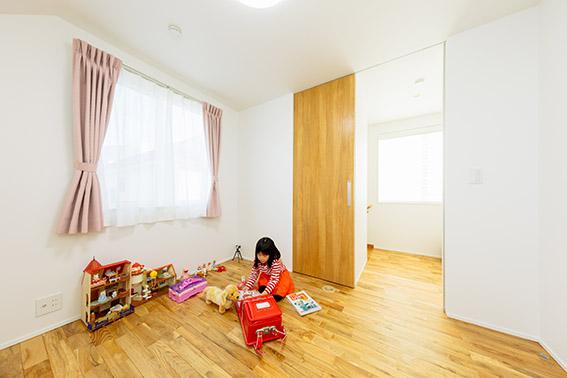 2階の子ども部屋。リビング階段を上がった一番手前にあり、お子さんの声が、階下の奥さままで届くようになっています。