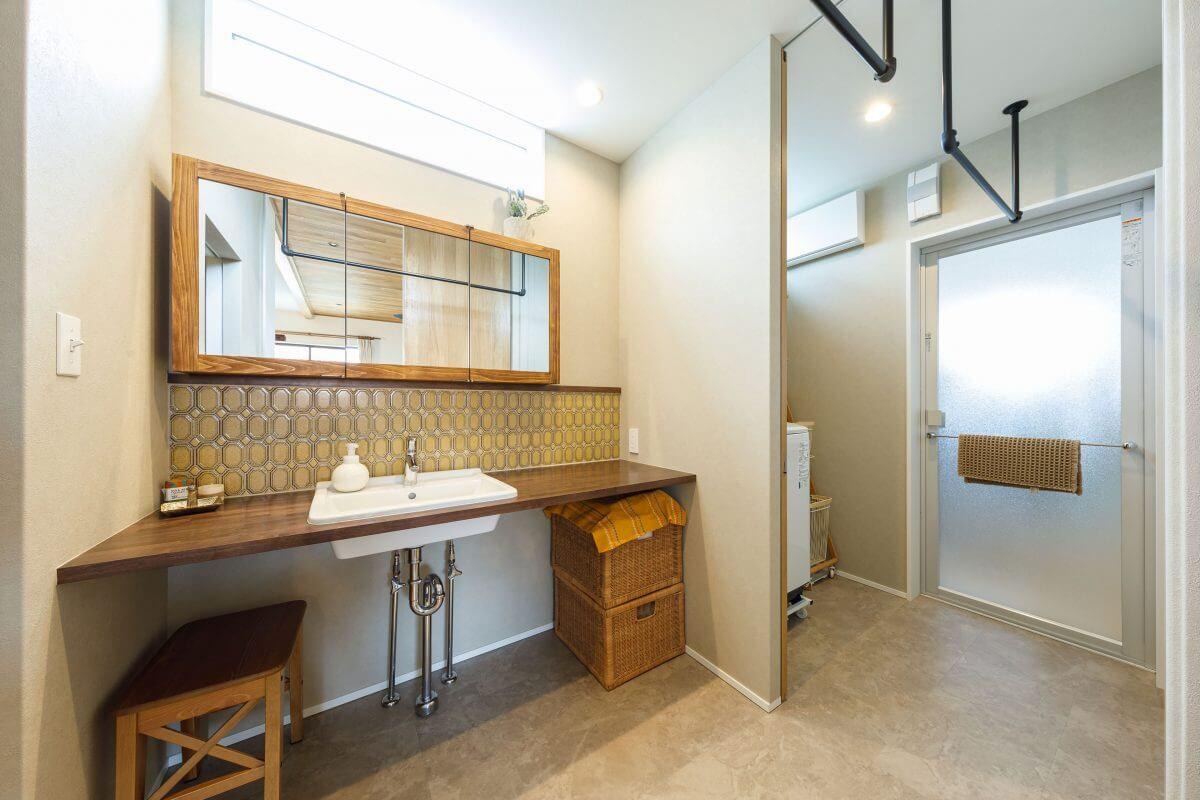 洗面室は雰囲気を変えて、レトロモダンなタイルや、Aさんがインターネットで見つけた特注のミラーキャビネットを設置。「私たちのこだわりにとことん対応してくれ、持ち込みにも柔軟に応じてくれました!」とAさんはニッコリ。